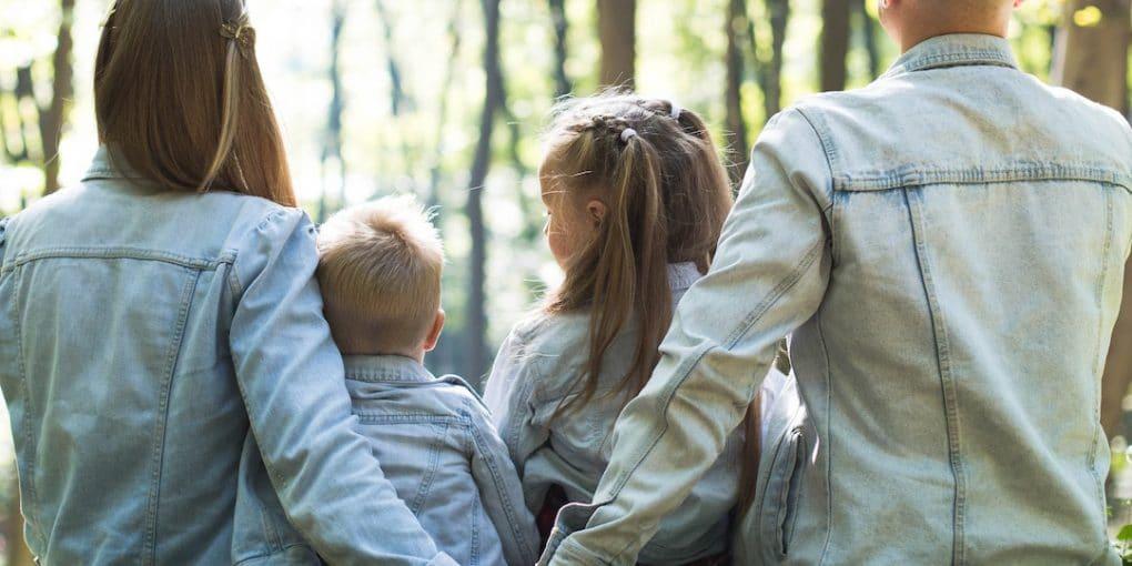 Famille se tenant la main - assurance vie illustration
