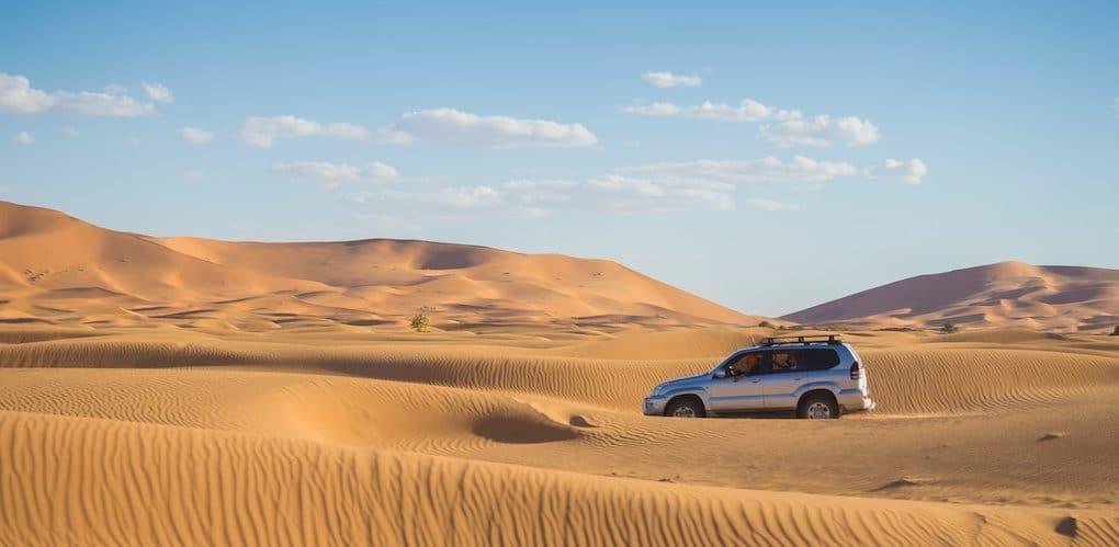SUV dans le désert - Crédit auto illustration